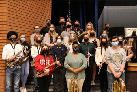 The band students who received gold ratings all posed for a photo together.